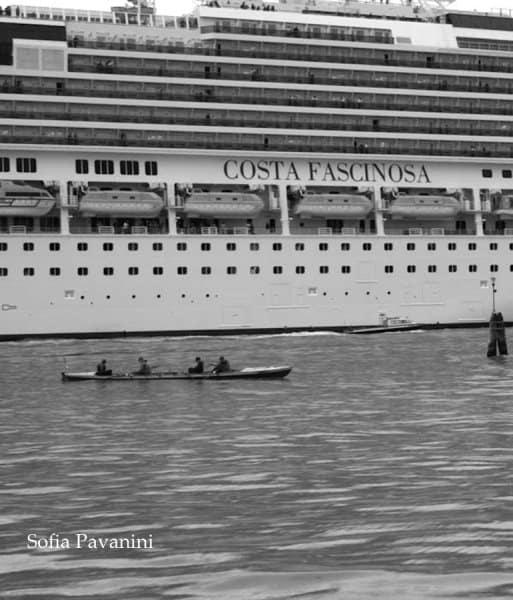 Vogalonga: piccole imbarcazioni davanti alle grandi navi