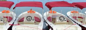 serie di barche elettriche bianche e rosse in fila