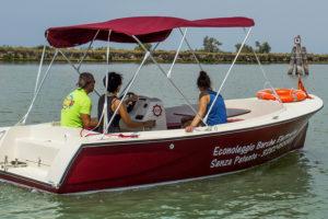 persone che navigano in laguna a bordo di una barca